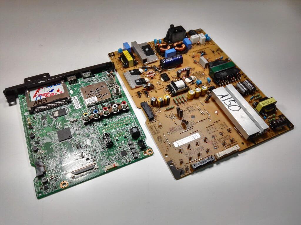 С левой стороны запечатлена плата EAX66203805, c правой соответственно блок питания EAX65424001 (2.7)