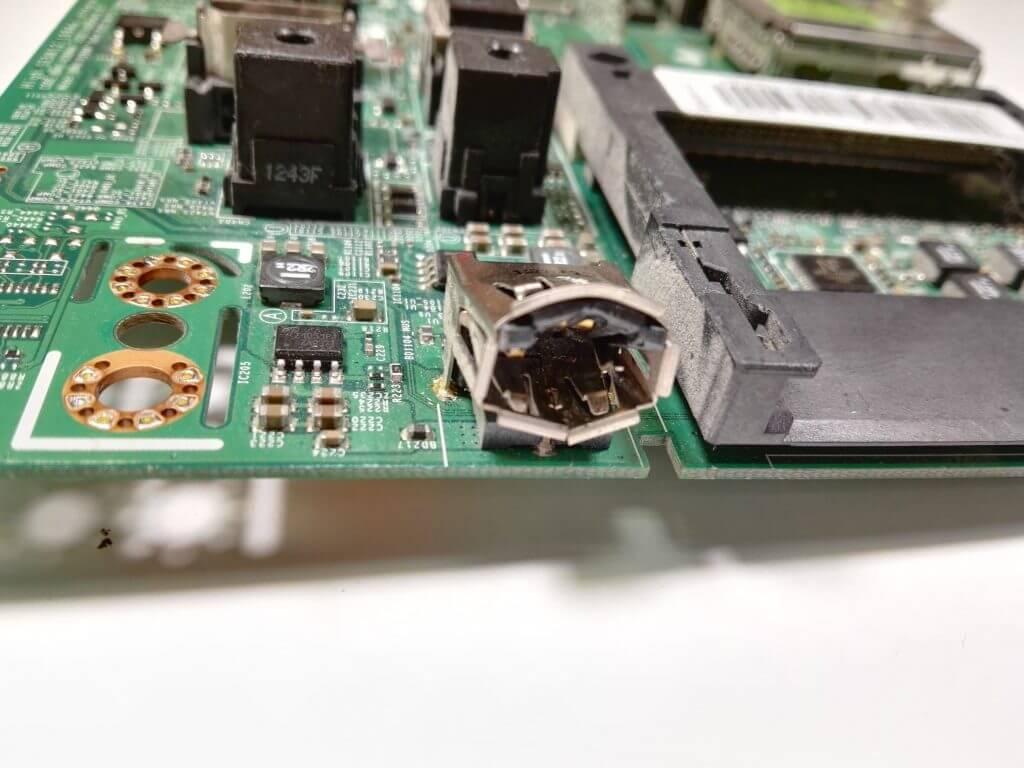 Обратите внимание как заломан разъем. При самом неудачном раскладе поломка может привезти к сгоревшему процессору майн платы. А это уже весьма серьезный ремонт.